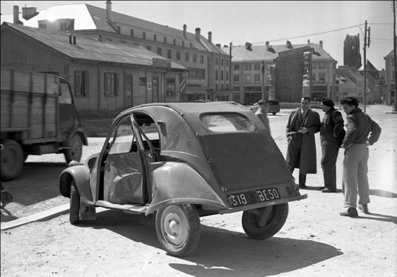 En 1954, une « 2 cv » va poser quelques soucis à un homme politique de l'époque. Cette anecdote n'a été connue qu'en 2016, secret défense oblige. Cela se passait près d'un village de Haute-Marne.Que s'est-il passé ?