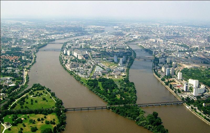 """""""Su' l'pont de Nantes un bal y est donné. Adèl'demande à sa mère d'y aller."""". De quel département Nantes est-elle la préfecture ?"""