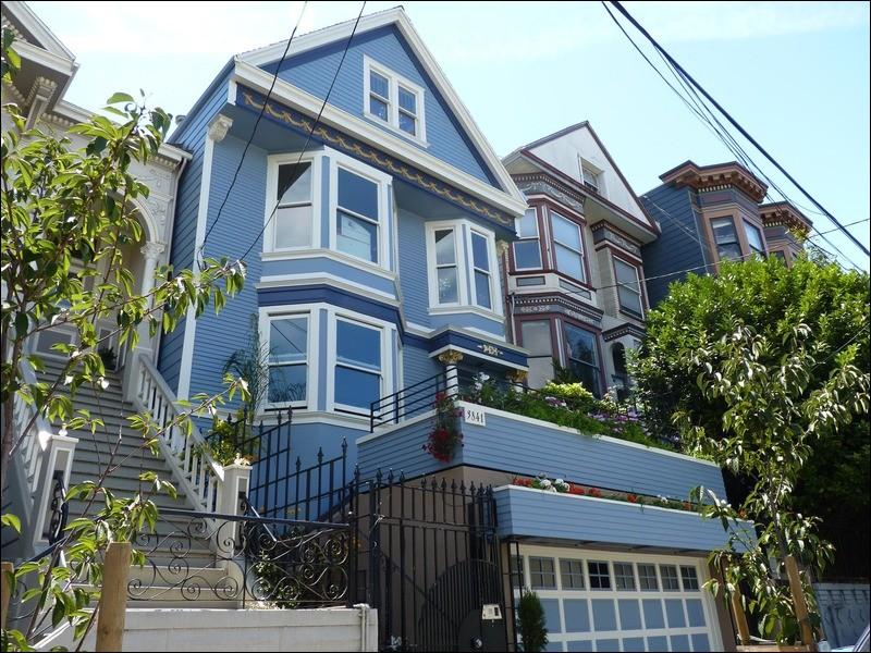 """Maxime Le Forestier chante """"C'est une maison bleue Adossée à la colline On y vient à pied On ne frappe pas Ceux qui vivent là Ont jeté la clé"""". Dans quelle ville américaine se trouve cette maison bleue ?"""