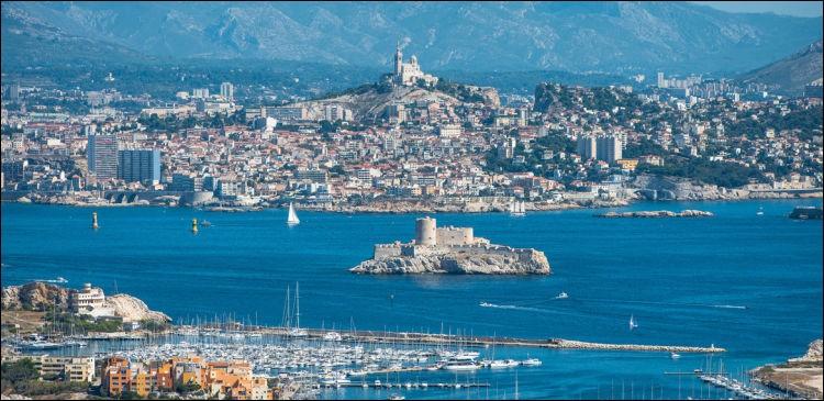 """"""" Mais qu'importe ton ciel qui se prend pour l'Orient, qu'importe ton parler avec ses mots épiques""""... Quelle ville de la Méditerranée chante Léo Ferré ?"""