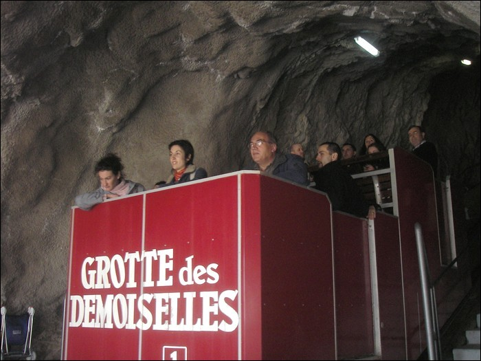 Dans quel département se trouve le tout premier funiculaire touristique souterrain d'Europe qui dessert la Grotte des Demoiselles ?