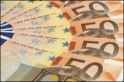 UN BILLET DE 100 EUROS - Tiens, tiens ! Elle est riche cette femme : quel bonheur d'avoir dans son sac ce billet de couleur :