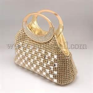 Que trouve-t-on dans le sac à main d'une femme ?