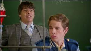Quelle question le professeur de chimie pose-t-il à Evie ?