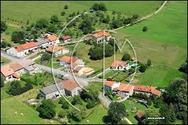 Nous prenons un peu de hauteur en survolant Richeval. Village Mosellan, il se trouve dans l'ancienne région ...