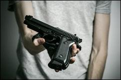 Quelle est la meilleure arme pour survivre face à un tueur ?