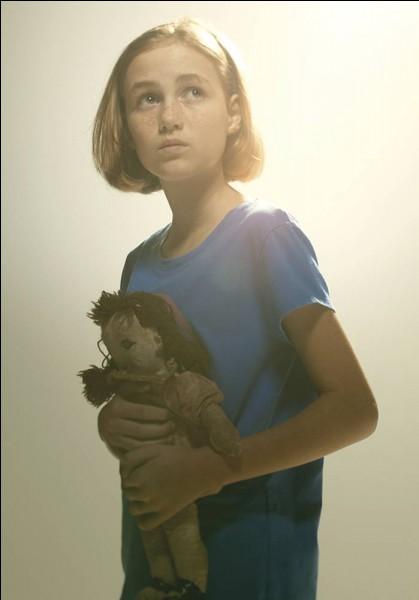 Comment s'appelle la petite fille qui meurt dans la saison 2 ?