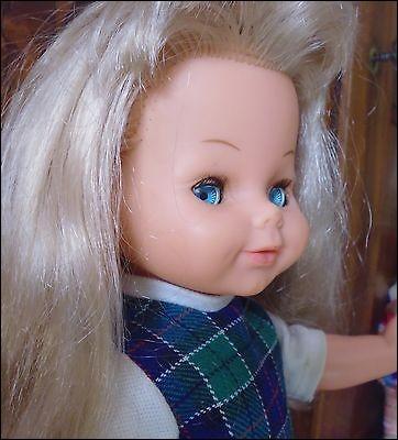 Née dans les années 60, cette poupée française née à Perpignan, était encore créée en 1970 ! Elle suit des yeux !