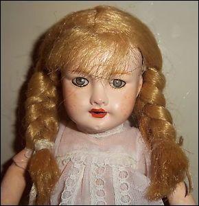 Quel est le nom de cette poupée ancienne créée en 1905 ?