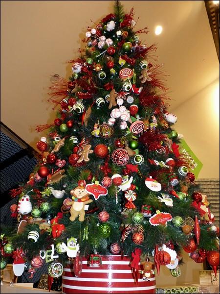 Quel arbre est décoré pour cette fête ? Tu connais son nom mais sais-tu l'écrire ? La deuxième et dernière syllabe de ce nom est...