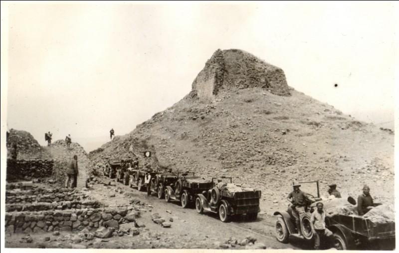 Entre 1922 et 1930, Andrews dirigea un convoi monumental composé la plupart du temps de huit automobiles Dodge, précédées par...