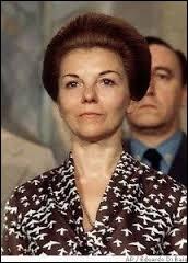 De 1974 à 1976, Isabel Perón fut la première femme présidente d'un pays. En Argentine, son mandat prit fin à cause d'un coup d'État dirigé par le général...
