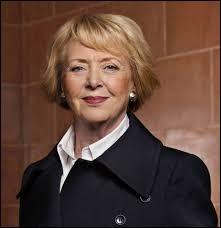 Vigdís Finnbogadóttir fut la première présidente d'un pays élue au suffrage universel direct. De 1980 à 1996, elle fut à la tête de...