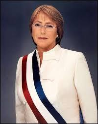 Présidente de son pays de 2006 à 2010, Michelle Bachelet est, de nouveau, depuis 2014 à la tête de cet État, le plus long du monde par rapport à sa largeur :