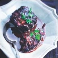 Pour les amateurs de gibier, je verrais bien un lièvre à la royale mijoté dans un vin rouge corsé, entre autres choses. Quel ingrédient faut-il pour le réaliser selon la recette traditionnelle ?