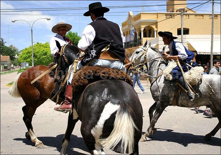 """Chaque année, cette """"Fête de la Tradition"""" voit se dérouler parades de chevaux, spectacles équestres, spectacles musicaux et bals traditionnels le soir. Dans quel pays se tient-elle ?"""
