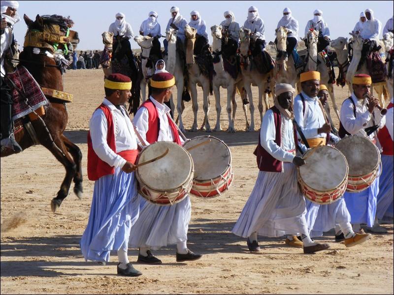 courses de dromadaires au festival international du sahara cette fte est apparue en 1910 avec - Quizz Musical Mariage