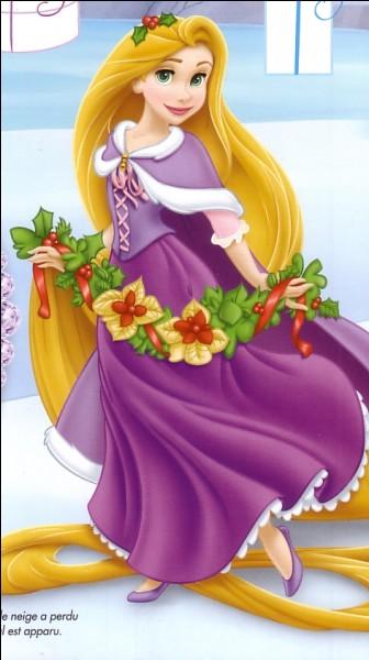 Quelle princesse apporte ici une jolie guirlande de fleurs pour décorer le sapin ?