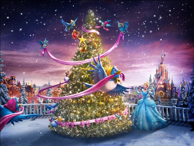 Quels animaux aident Cendrillon à décorer le sapin de Noël ?