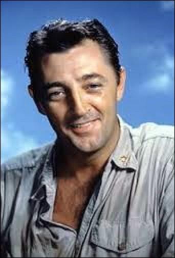"""06 août, Bridgeport (Connecticut), États-Unis, ce jour-là naît l'acteur de film noir et chanteur, Robert Mitchum. Grand comédien, il joue notamment dans """"La Griffe du passé"""", en 1947, """"La Nuit du chasseur"""", en 1955, ou dans """"La Bataille du Midway"""", en 1976. En 1990, il interprète le rôle de """"Prof. Forrester"""" dans le film français """"Présumé dangereux"""" ; qui est le réalisateur de ce long-métrage ?"""
