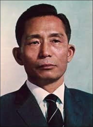 Militaire et homme d'État, né à Gumi le 30 septembre, Park Chung-hee fut président de la République de son pays de 1962 à 1979. Sous sa présidence très autoritaire, son pays prend son essor économique pour se hisser dans les vingt plus riches au monde. Le 26 octobre 1979, alors qu'il est encore en fonction, il se fait assassiner dans la capitale. Quel Etat a-t-il gouverné d'une main de fer ?