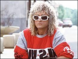 Comment s'appelle ce chanteur qui porte toujours des lunettes ?