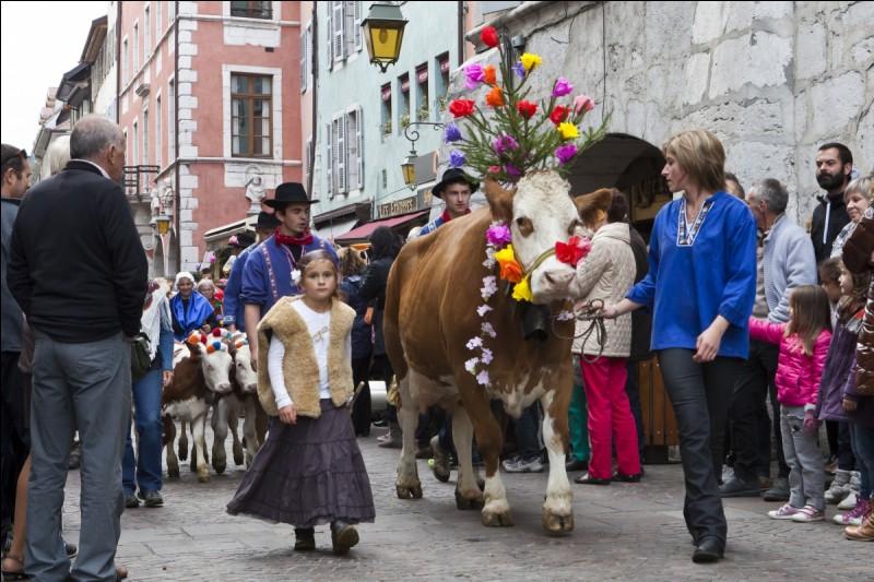 À Annecy, durant quel mois pourrez-vous assister à un défilé de personnes en costume traditionnel et de vaches fleuries à l'occasion de la Descente des Alpages ?