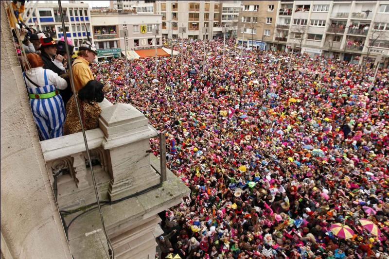 Quel est ce carnaval, l'un des plus connus de France, à l'occasion duquel des harengs sont lancés depuis le balcon de la mairie sur la foule déguisée et massée devant celle-ci ?