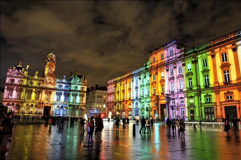 En décembre, quelle grande ville française se pare de ses plus belles illuminations à l'occasion de la Fête des Lumières ?