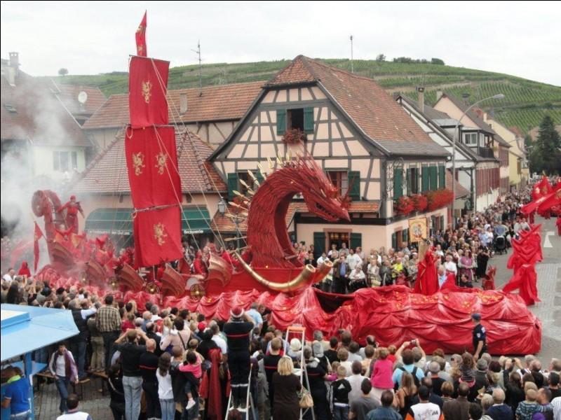 C'est probablement moins connu, mais la photo devrait vous aider. Dans quel département pourrez-vous assister à la Fête des Ménétriers, fête médiévale lors de laquelle des chars décorés et des fanfares défilent en rue ?