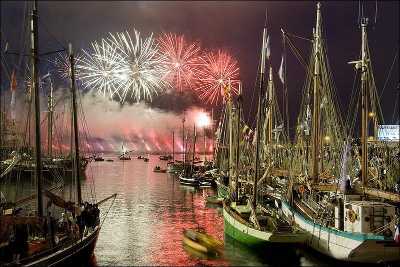 """Quelle est cette manifestation festive, aussi appelée """"Fêtes Maritimes"""", qui permet de rencontrer des marins du monde entier et d'admirer quelques-uns des plus beaux bateaux du monde ?"""
