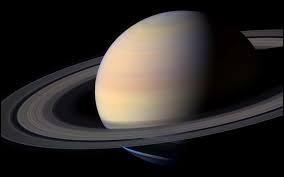 Cette planète est la moins dense de toute ; sa densité étant encore plus faible que celle de l'eau. Quelle est cette planète ?