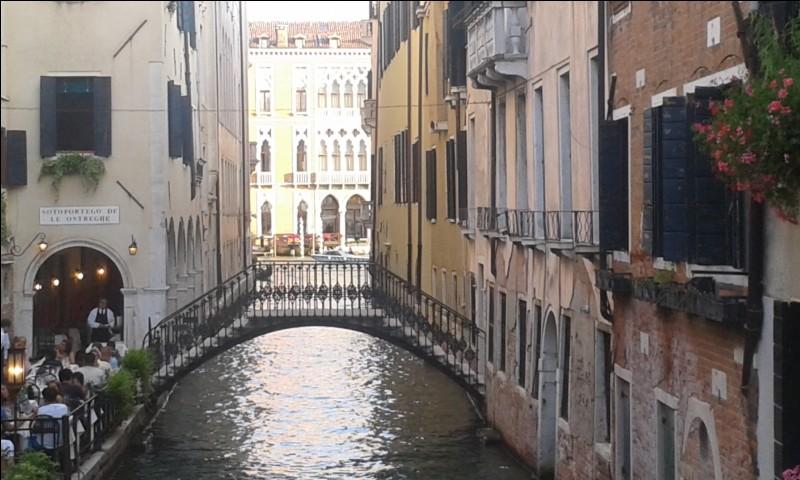 Combien de canaux traversent Venise ?