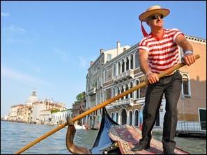Quelle chanson typique de Venise peut-on entendre si l'on se promène sur cette embarcation ?