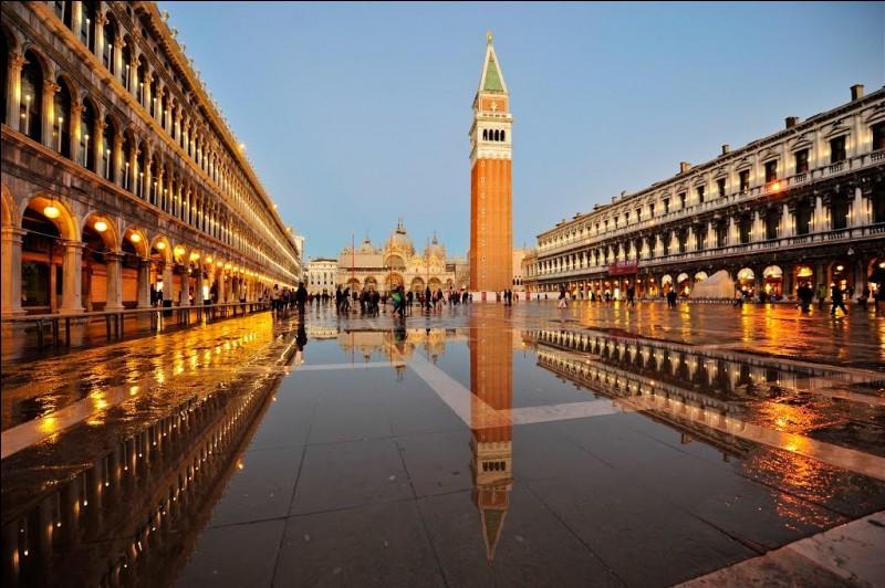 Comment s'appelle la grande place de Venise (qui est aussi le nom de son quartier central) ?