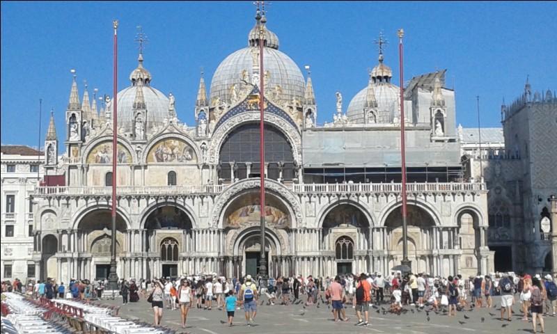 Sur cette grande place, se trouve le grand monument religieux de Venise, c'est ?