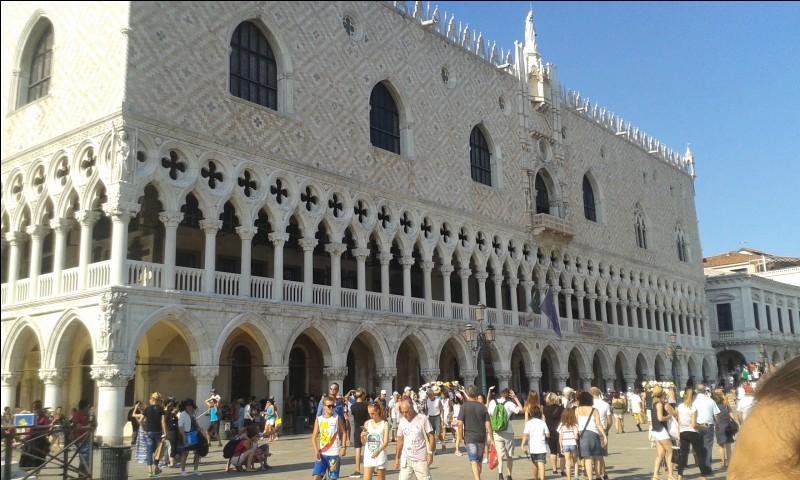 Quel est le nom du monument le plus célèbre de Venise ?