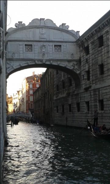 Quel est le célèbre pont qui relie ce palais (ou palazzo en italien) à la prison ?