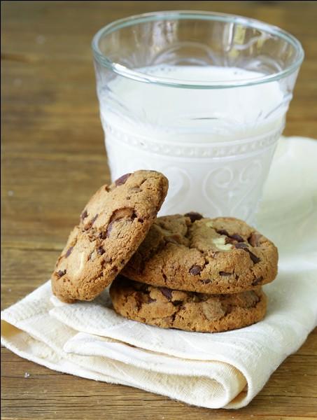 Parfois, il retrouve des biscuits et un grand verre de lait _____ par une famille.