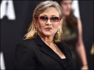 """Né le 21 octobre 1956 à Beverly Hills, en Californie, elle fut une grande actrice et scénariste.Elle joua dans de nombreux films, tels que : """"Star Wars"""" et """"Blues Brothers"""".Elle décéda le 27 décembre 2016 durant un voyage en avion, d'une crise cardiaque."""