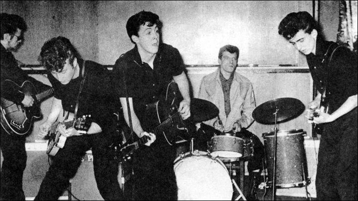 Quel groupe de musique a débuté sa carrière sous le nom « The Quarrymen » ?