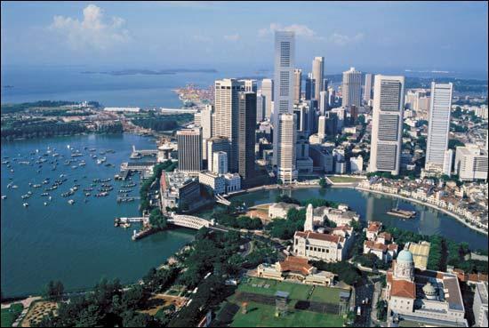 Comment s'appelle le détroit maritime qui se termine à Singapour et qui est la principale route maritime pour relier l'océan Indien à l'océan Pacifique ?
