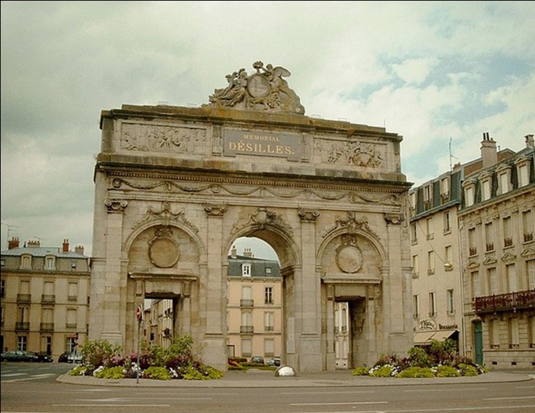 En France, on trouve, hélas, dans chaque ville (ou presque) un monument aux morts. Pendant la 1e Guerre mondiale, ils sont initialement dédiés aux personnes décédées et reconnues « morts pour la France » (sauf en Alsace-Moselle). Mais, ce ne sont pas les premiers à avoir été créés.Quelle est la ville à avoir construit le 1e monument aux morts et pour quelle guerre ?