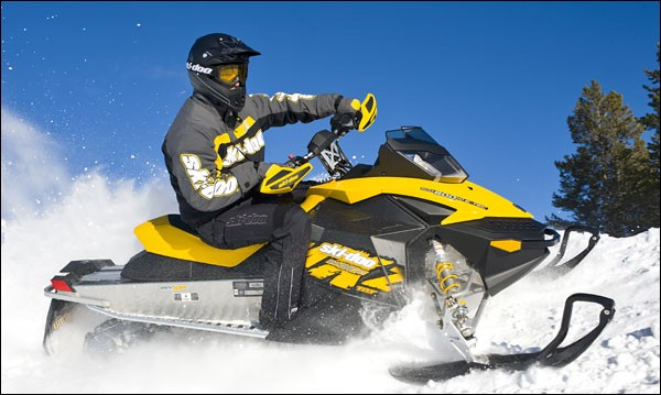 Lorque nous faisons du Ski-Doo quel équipement n'est pas recommandé ?