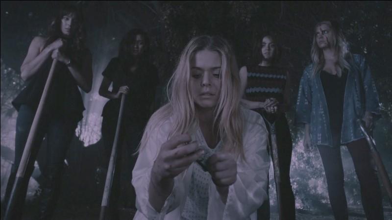 Épisode 4 : Que font les Liars au début de l'épisode, ce qui reprend la scène d'ouverture de la saison ?