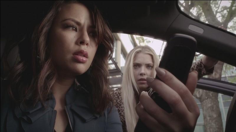 Que découvrent Mona et Hanna à la fin de l'épisode ?