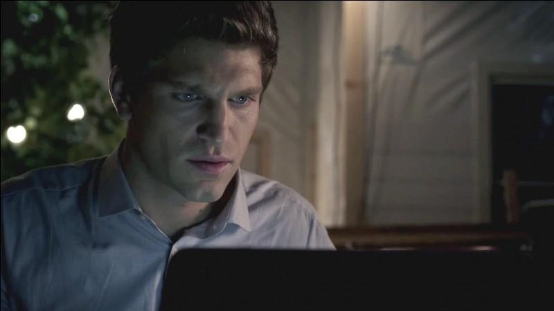 Que découvre Toby à propos d'Eliott Rollins ? (Révélé dans l'épisode suivant)