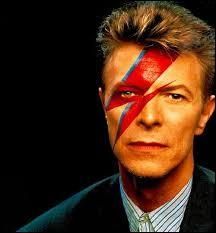 """Ce chanteur britannique est connu pour ses nombreux tubes dont """"Let's Dance"""" ou encore """"Space Oddity"""", il s'agit de..."""