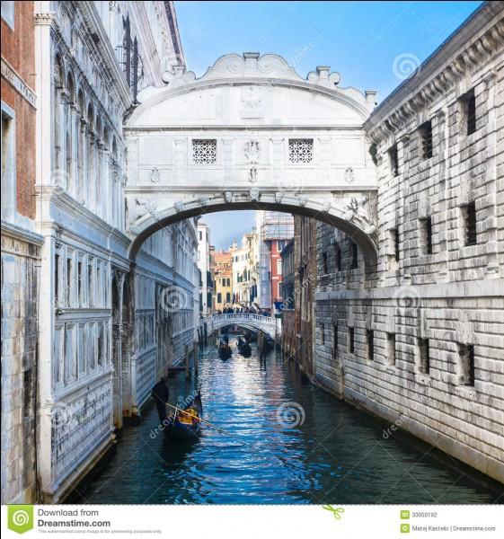Dans laquelle de ces villes italiennes se situe le pont des Soupirs ?