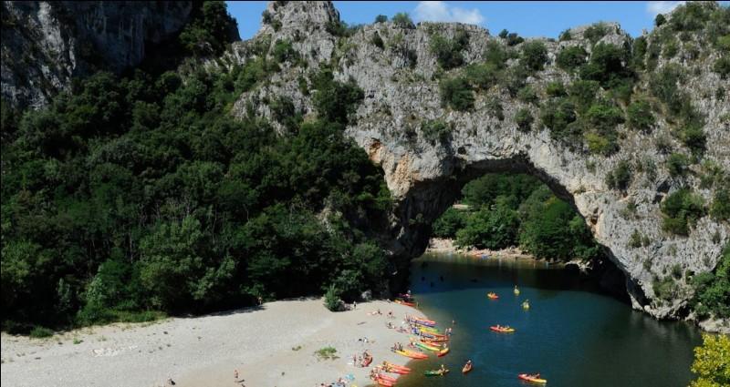 Le pont d'Arc est un pont naturel du sud de la France : quelle rivière (affluent du Rhône) enjambe-t-il ?